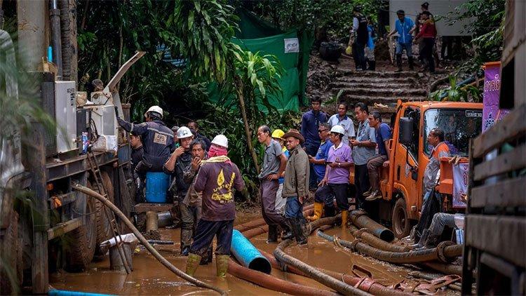 Vụ đội bóng Thái Lan mắc kẹt: Những pha giải cứu nghẹt thở trên khắp thế giới