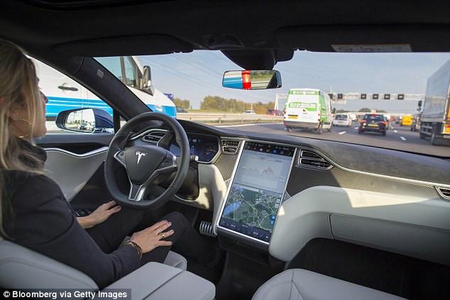 Xe Tesla có thể né tai nạn phía trước chỉ trong vài tích tắc