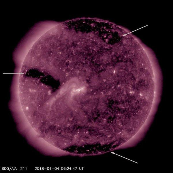 Xuất hiện ba lỗ tròn nhỏ mới trên bề mặt Mặt Trời, tạo ra bão địa từ cấp độ nhẹ hướng tới Trái Đất