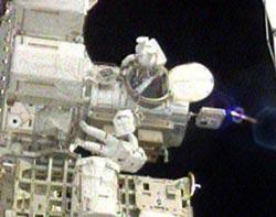 2 nhà du hành vũ trụ trên tàu Atlantis thực hiện chuyến ra ngoài khoảng không đầu tiên
