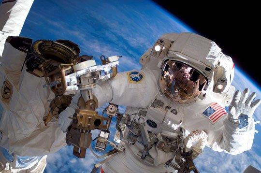 'Đi bộ' gần 6 giờ ngoài không gian