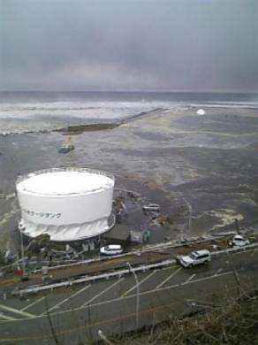 Ảnh mới: Toàn cảnh sóng thần tràn vào nhà máy Fukushima