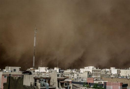 Bão bụi quét qua Iran, hơn 30 người thương vong