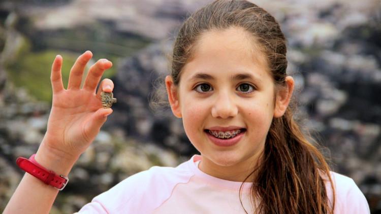 Bé gái tìm thấy bùa hộ mạng 3.200 năm tuổi của pharaoh