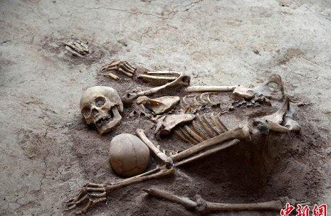 Bộ xương mẹ che chắn cho con trong trận động đất cách đây 4.000 năm.