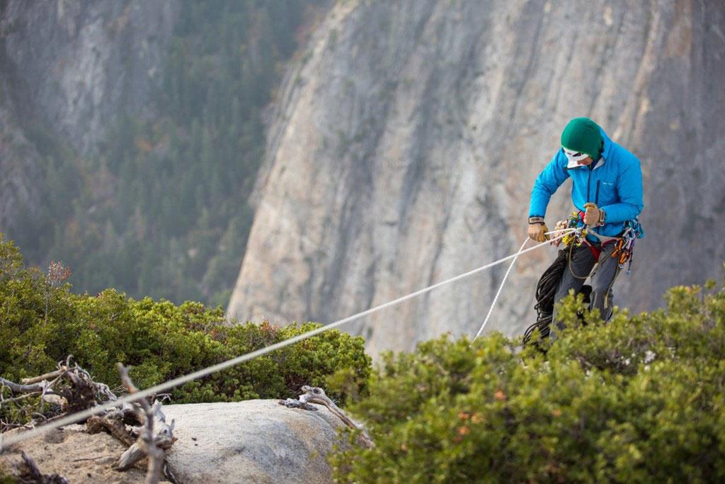 Chinh phục vách đá cao 900 m bằng tay không và dây thừng