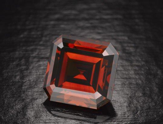 Cuộc phiêu lưu của viên kim cương đỏ huyền bí