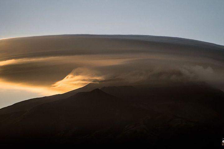 Đám mây hình đĩa bay khổng lồ đậu trên đỉnh núi lửa Italy
