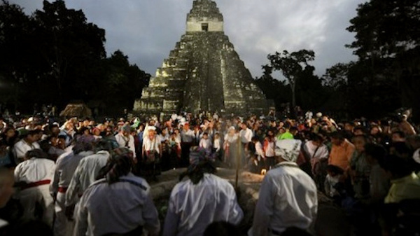 Du khách phá hỏng đền Maya trong ngày tận thế