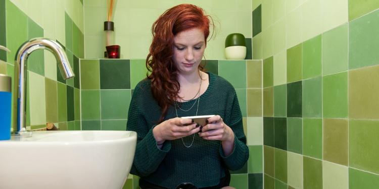 Đừng mang điện thoại vào nhà vệ sinh