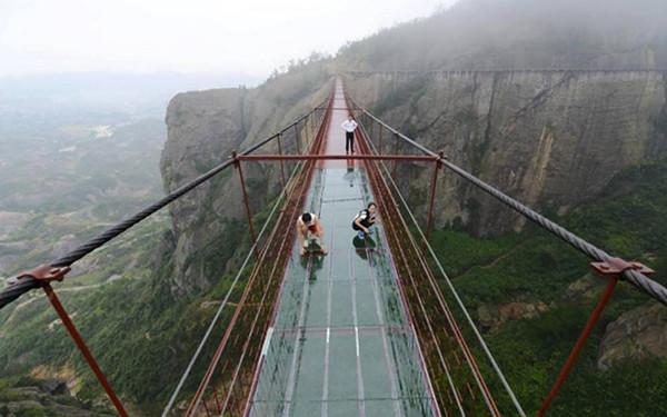 Dựng tóc gáy với cây cầu bằng kính ở vực sâu