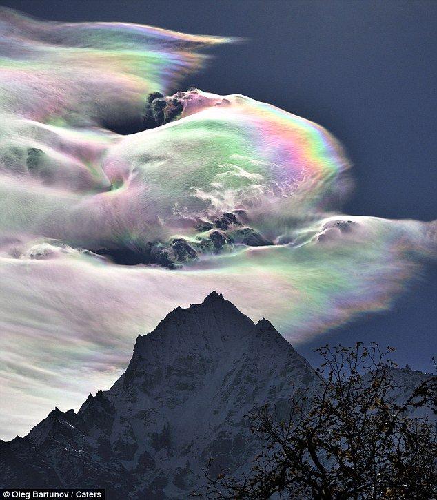 Hiện tượng kỳ thú: Mây cầu vồng xuất hiện trên đỉnh Everest