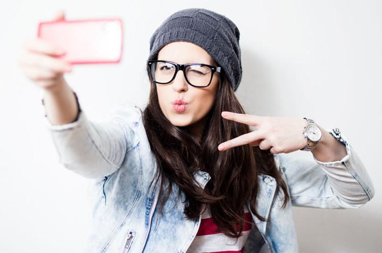 Hội chứng cùi chỏ tự sướng ở người thích selfie