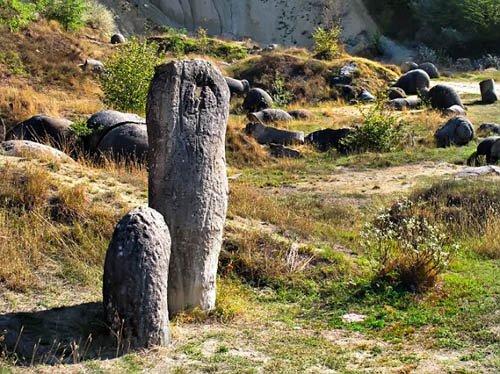Hòn đá kỳ lạ lớn lên như nấm sau mưa