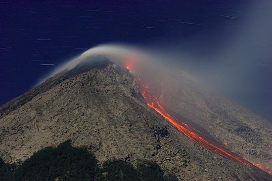 Indonesia chấn động vì núi lửa phun và động đất