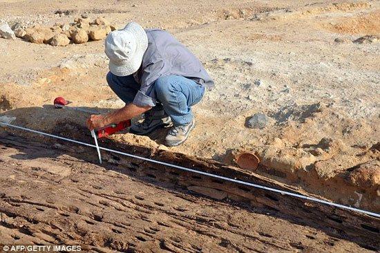 Khai quật thuyền gỗ 5.000 tuổi