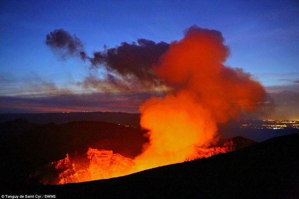 Khám phá hồ dung nham núi lửa nóng tới 1.000 độ C