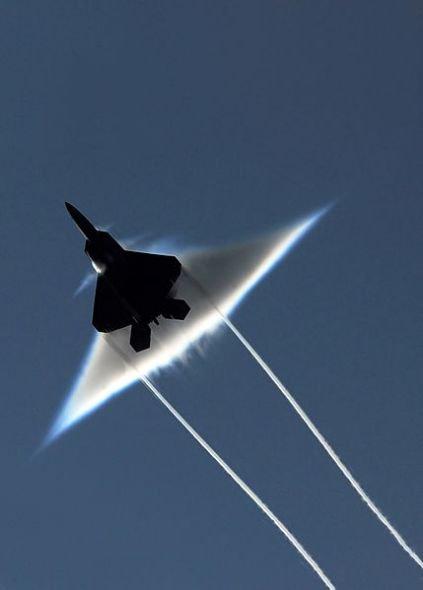"""Khoảnh khắc máy bay vượt """"tường âm thanh"""""""