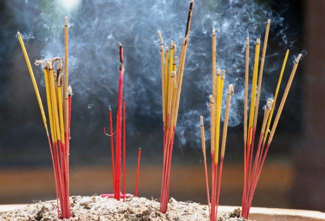 Khói hương độc hơn khói thuốc lá