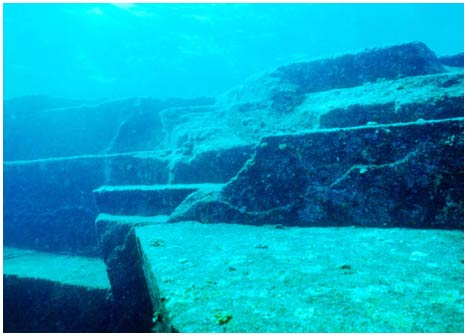 Kim tự tháp lạ dưới biển Nhật Bản