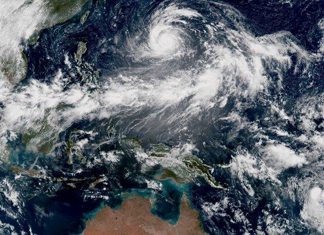 Kinh hoàng hình ảnh tâm bão mạnh nhất năm nhìn từ vũ trụ