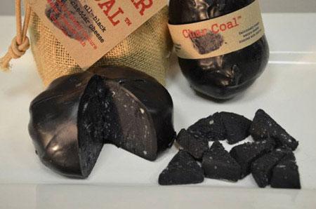 Kỳ lạ loại pho mát cực ngon được làm từ than