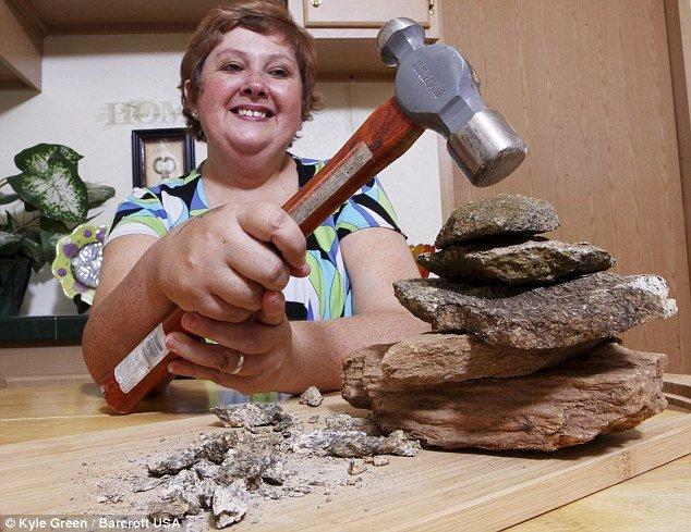 Kỳ lạ người phụ nữ nghiện ăn đá