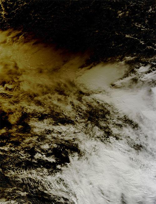 Mây đổi màu vì nhật thực vành khuyên