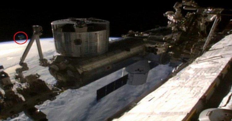 NASA bị tố dừng video trực tiếp để che đậy hình ảnh UFO
