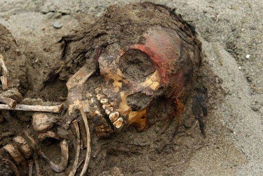 Nghi vấn xung quanh ngôi mộ tập thể 800 năm tuổi ở Peru