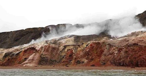 Ngọn đồi quanh năm bốc khói axit