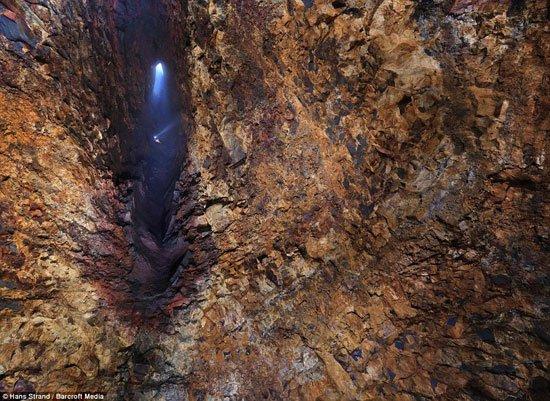 Người đầu tiên thả mình vào miệng núi lửa