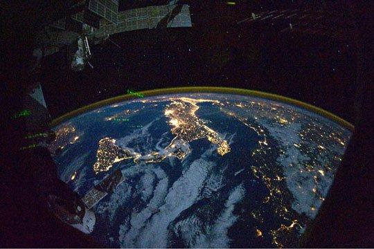 Nữ du hành gia Nhật Bản chụp Trái Đất về đêm