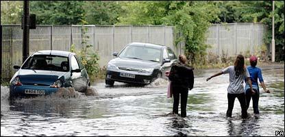 Nước Anh chìm trong lũ lụt