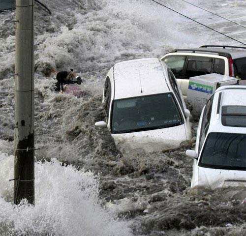 Phóng viên ảnh sống sót thần kỳ trong sóng thần