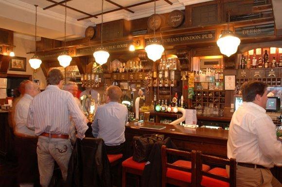 Sống gần quán rượu làm tăng nguy cơ nghiện rượu