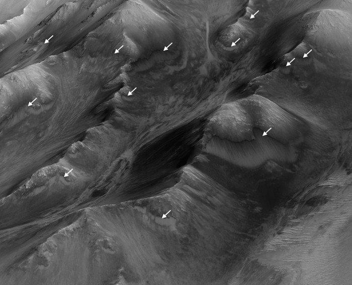 Sửng sốt phát hiện vết chất lỏng trên sao Hỏa