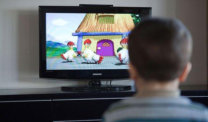 Tại sao trẻ em không nên xem ti vi hoặc sử dụng máy tính nhiều?