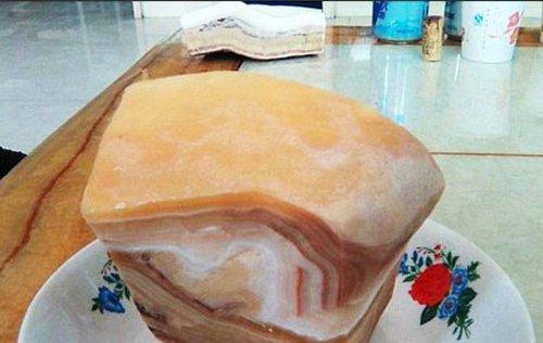 Tảng đá giống hệt thịt lợn hơn 100 triệu năm tuổi