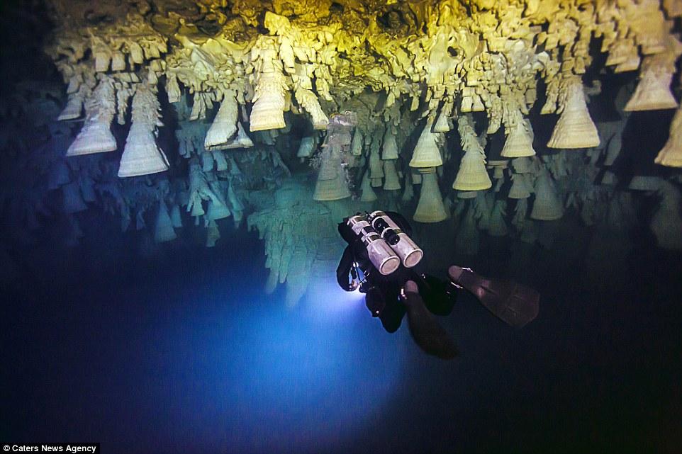 Thạch nhũ hình chuông bí ẩn trong hang động Mexico
