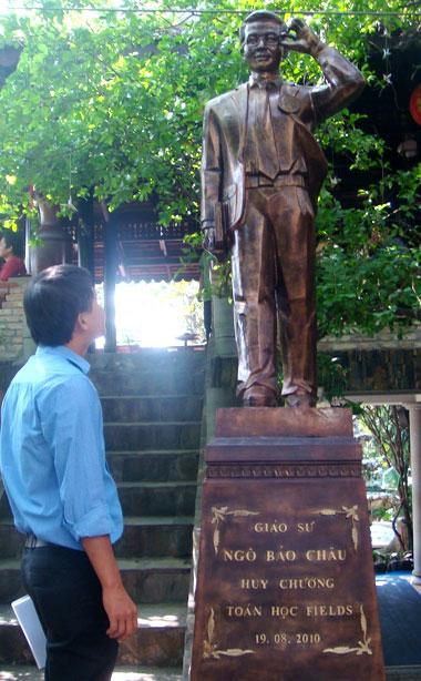 Tượng giáo sư Ngô Bảo Châu ở Bình Dương