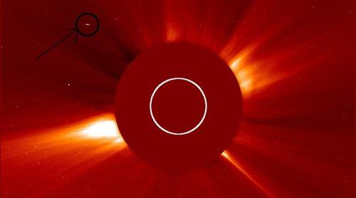 UFO siêu khổng lồ gần Mặt Trời?
