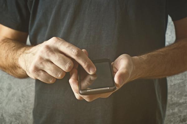 Vừa đi vừa nhắn tin làm hỏng tư thế