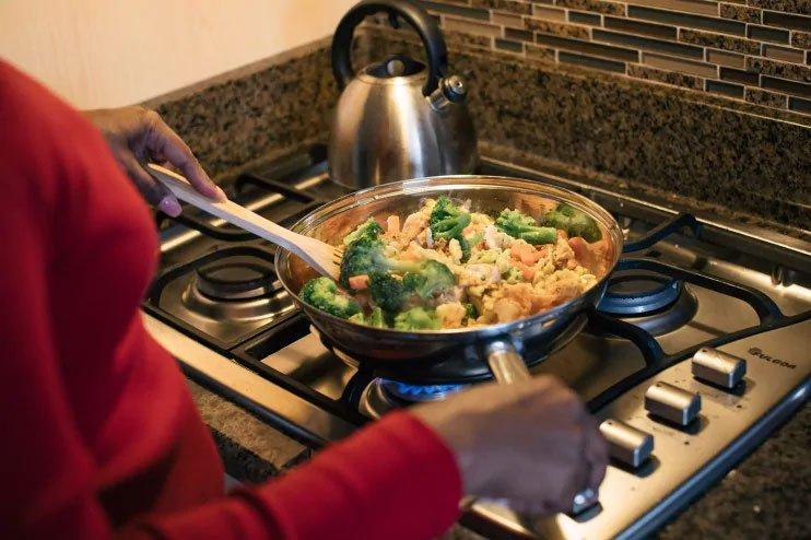Ăn trước khi ngủ có thể làm tăng nguy cơ mắc ung thư vú và tuyến tiền liệt