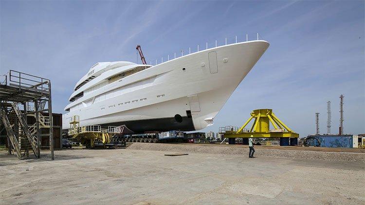 Ba năm đóng và hạ thủy siêu du thuyền 87 mét trong video hơn năm phút