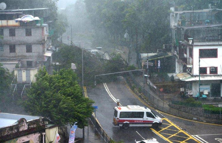 Bão Mangkhut đã đổ bộ Hong Kong với từng cột sóng cao đến 14m