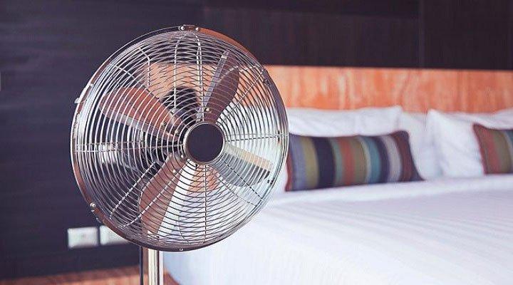 Bật quạt khi ngủ có thực sự gây hại cho sức khỏe?
