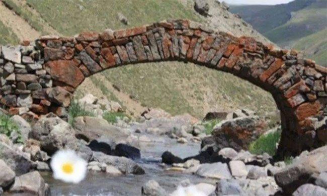 Cầu đá 300 năm biến mất khiến dân làng bối rối