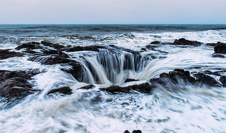 Giếng thần Sấm hút nước giữa biển khơi