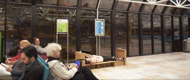 Giường ngủ di động bằng bìa các-tông quả là cứu tinh khi gặp delay tại sân bay